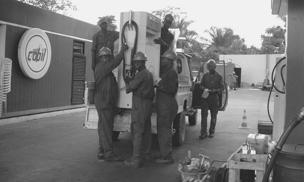 Techniciens travaillant un distributeur sur une station service COBIL
