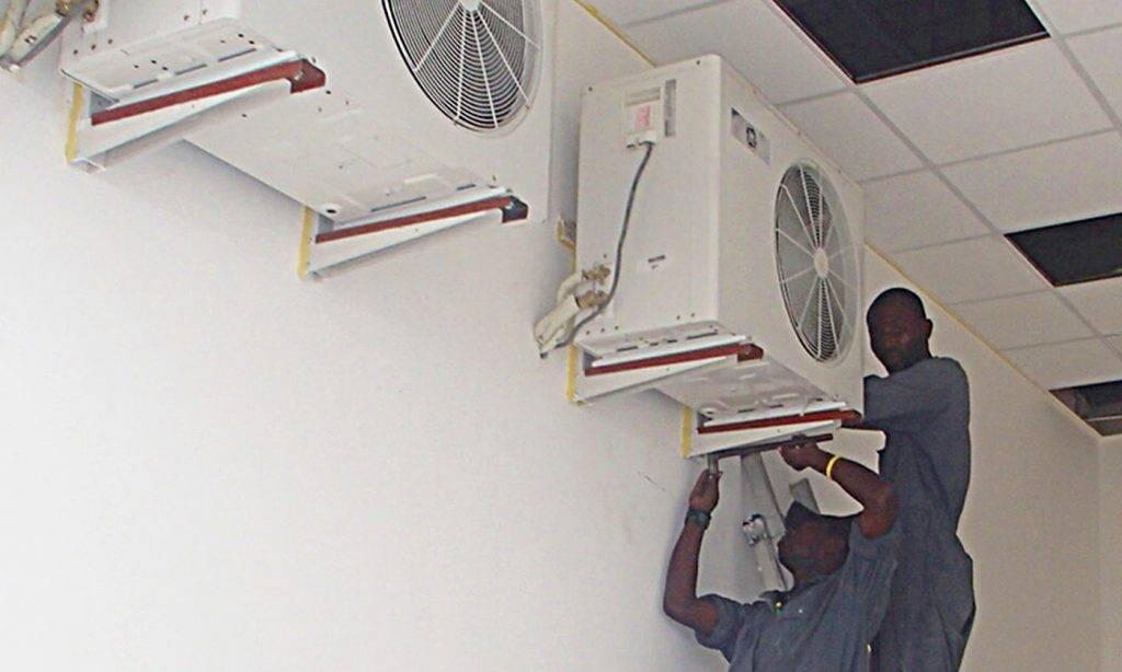 Techniciens travaillant sur la climatisation